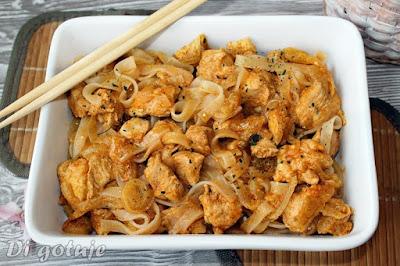 Kurczak z pastą Tom Yum, bazylią azjatycką i makaronem ryżowym