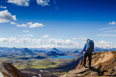 visitante haciendo senderismo en una de las rutas de Landmannalaugar