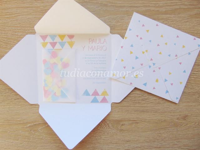 Una invitación de boda divertida y original con sobre de confeti de corazones