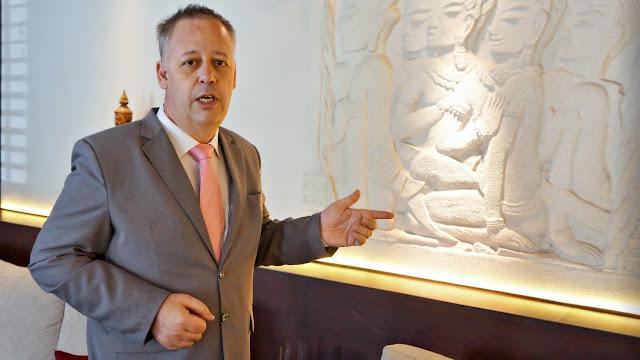 Nicolas Juralina, Directeur de l'hôtel Arunreas et du restaurant Khéma explique le concept de ''passerelles du temps'', principe consistant à marier avec habilité des styles appartenant à des époques différentes.