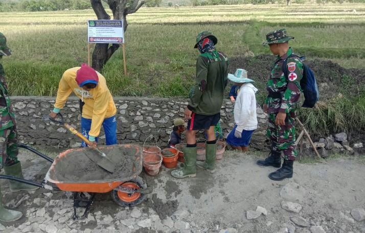 Saat tim kesehatan pantau anggota Kodim 1420 yang ikut TMMD di Kecamatan Wattang Pulu, Sidrap