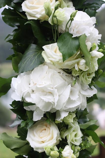 Blumengirlande zur freien Trauung - Hochzeit in Grün und Weiß im Riessersee Hotel Garmisch-Partenkirchen Bayern, Regenhochzeit im Sommer, Wedding Bavaria - wedding green white