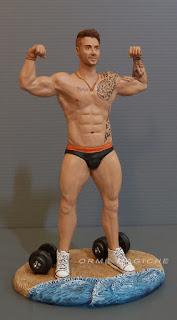 statuetta uomo muscoloso al mare pesi bodybuilder bodybuilding ragazzo cake topper orme magiche