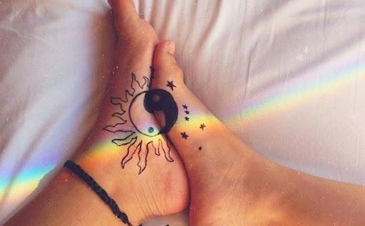 O yin representa o sol, enquanto o yang representa a lua neste tatuagem conjunto.