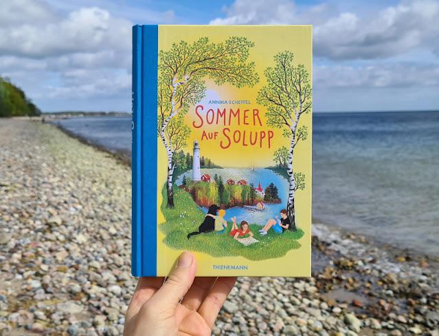 """Für mehr Leichtigkeit im Familienleben! Zwei Buchtipps für Kinder und Eltern: """"Sommer auf Solupp"""" von Annika Scheffler zeigt wie leicht Lösungen inmitten einer skandinavischen Sommeridylle mitunter sein können."""