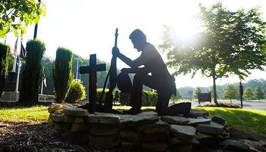 Estatua de soldado orando