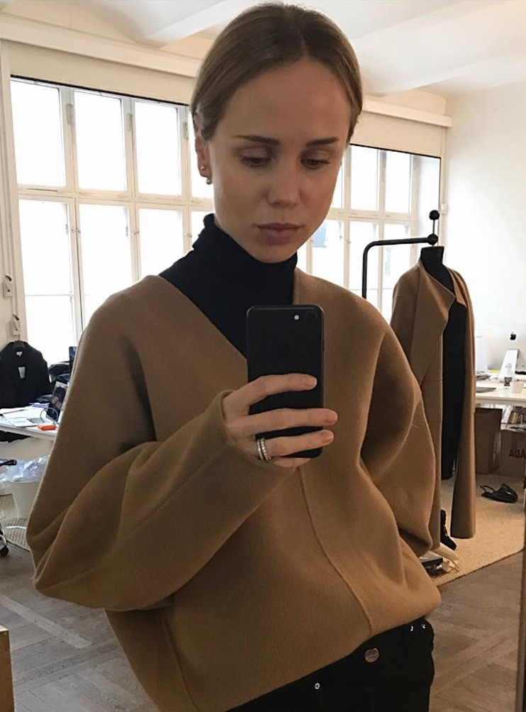 How to Wear a V-Neck Sweater Like a Swedish It Girl — Elin Kling in a camel Toteme sweater and black turtleneck