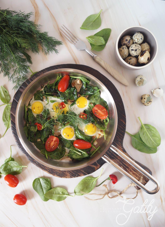 zolte-jajka-zielony-szpinak-czerwone-pomidory