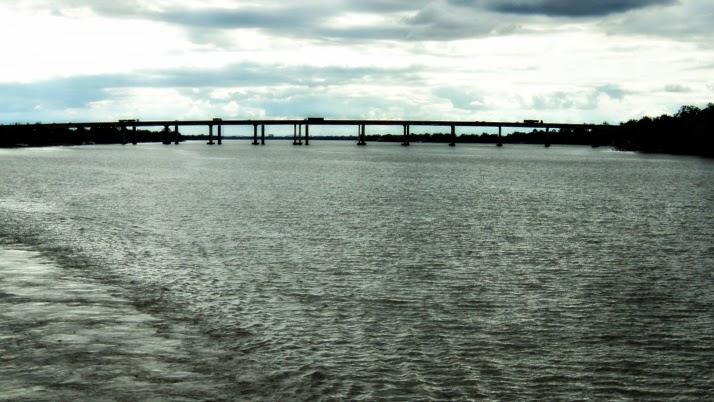 A Quarta Ponte sobre o Lago Guaíba comunica Eldorado do Sul (E) e a Ilha das Flores (D).