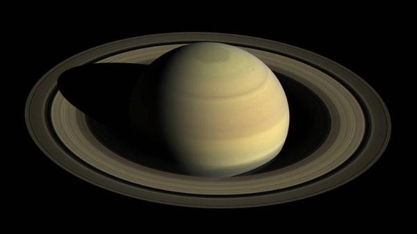 El misterioso hexágeno de Saturno cambia de color