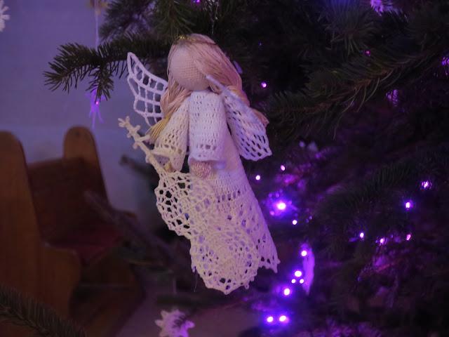 Świąteczne szydełkowe dekoracje – aniołki, bombki i gwiazdki