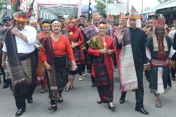 Presiden Joko Widodo bersama Ibu Negara Iriana (kedua dan ketiga dari sebelah kanan) saat menghadiri perayaan Kemerdekaan Republik Indonesia ke-71 dengan tajuk Karnaval Kemerdekaan Pesona Danau Toba di Soposurung, Balige, Toba Samosir, pada hari Minggu (21/8).