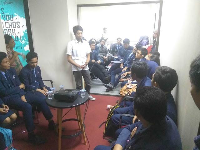 Para siswa dari Prisma Profesional School terlihat antusias mendengarkan materi yang disampaikan oleh Tim Catfiz