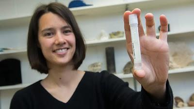 La professoressa assistente Clara Blättler con una fiala di acqua di mare risalente all'ultima era glaciale - circa 20.000 anni fa.
