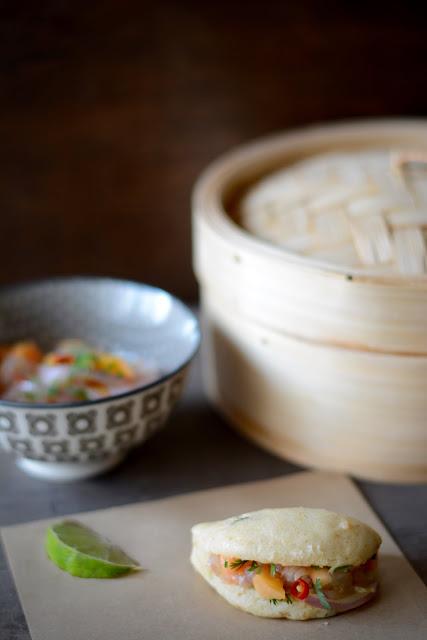 Bollos al vapor de coco y cilantro rellenos de ceviche de cigalas, papaya y ají amarillo de Fresaypimienta.blogspot.com.es