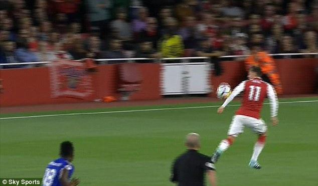 """""""Arsenal đã ghi bàn từ tình huống chơi bóng bằng tay"""""""