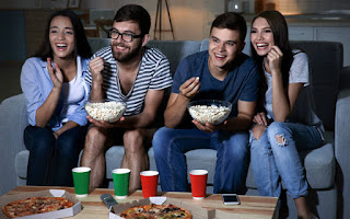 Πώς να δεις ταινίες με όλη την παρέα… ο καθένας από το σαλόνι του