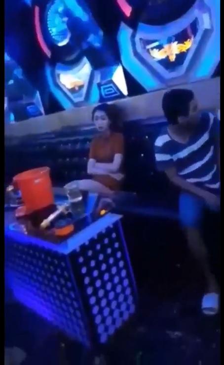 """Có vô Karaoke """"Zdú"""" thì đứa nào kêu đứa đó bóp nha... không được bóp ké à"""