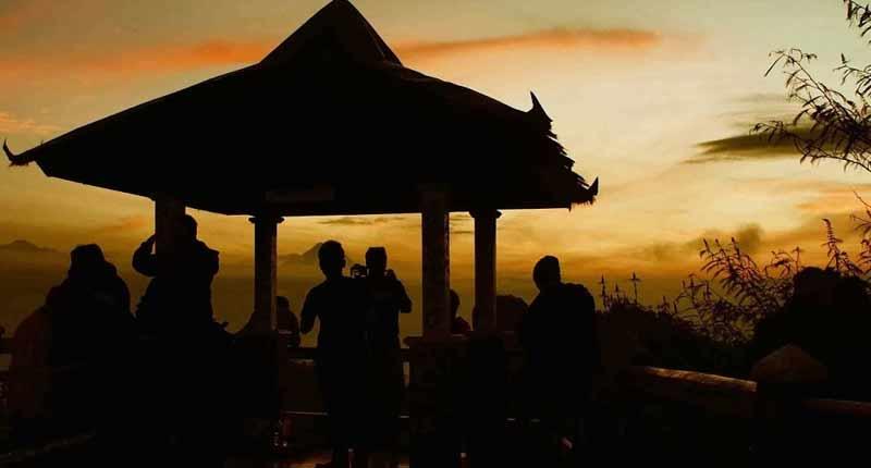 Menanti sunrise di Puncak Suroloyo | Foto: Wisata Kulon Progo