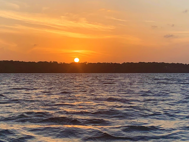 por do sol em frente a um delta