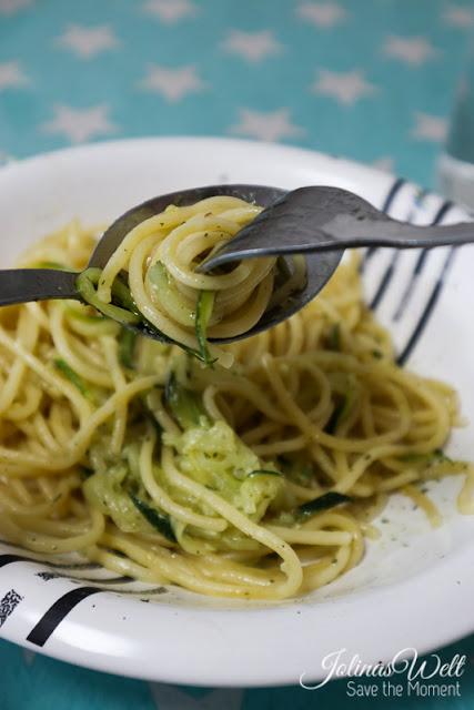 Zucchini und Spaghetti im Teller