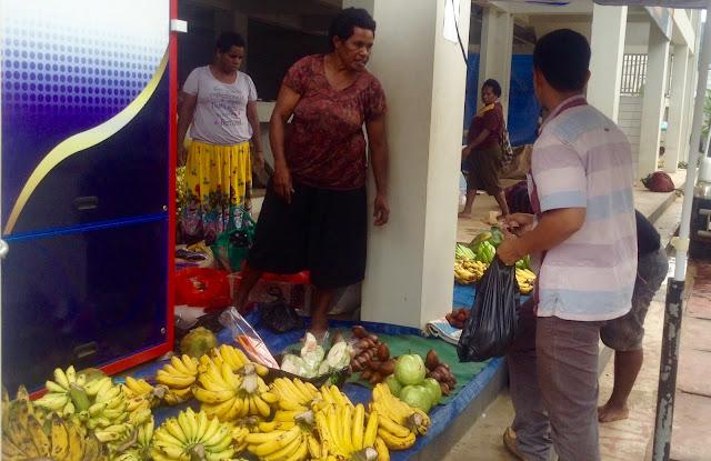 Sekretaris Solidaritas Pedagang asli Papua, Natan Naftali Tebay mempertanyakan soal pemanfaatan pasar mama-mama Papua. Itu sebenarnya untuk siapa, BUMN, Pemerintah Kota Jayapura atau mama-mama Papua.
