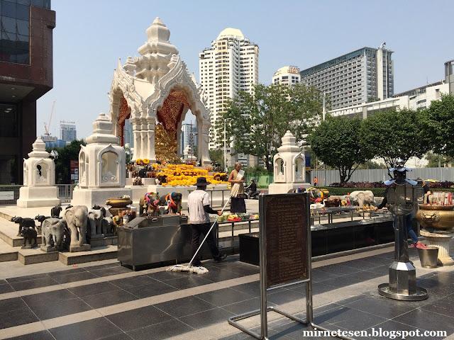Бангкок, алтарь посвящённый Ганеше у торгового центра Isetan CentralWorld, квартал Патхумван
