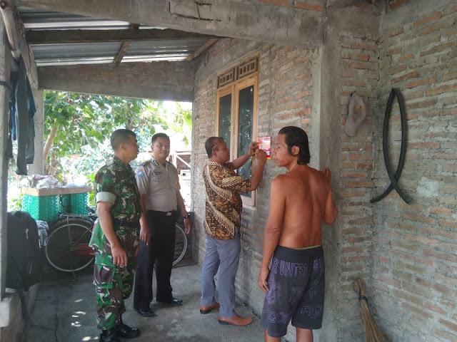 Danramil Wonosari Dan Babinsa Dampingi Tim Pkh Penempelan Stiker PKH