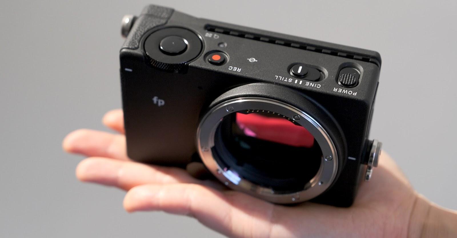 Фотокамера Sigma fp в руке