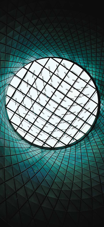 نافذة دائرية عملاقة في سقف مبنى خلفية
