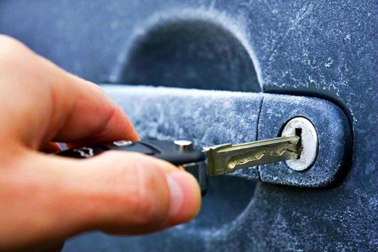 Buz tutan araba kilidini açmak için alkol, el dezenfektanı ya da özel bazı spreyler kullanabilirsiniz.