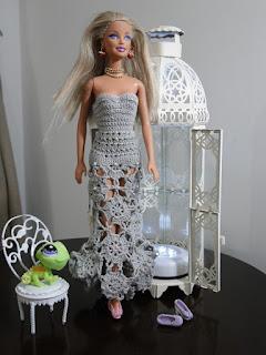 Barbie com vestido mini motivos de crochê cauda de sereia por Pecunia MillioM