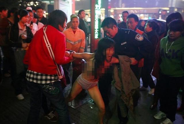 Lan truyền clip cô gái tự diễn cảnh bệnh hoạn giữa trung tâm thương mại khiến người nhìn ghê tởm