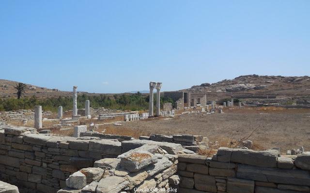 Widok na starożytną Agorę Italczyków Delos Cyklady Grecja