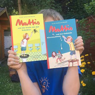 """""""Mattis und das klebende Klassenzimmer"""" von Silke Schlichtmann, illustriert von Maja Bohn, erschienen im Hanser Verlag, Rezension auf Kinderbuchblog Familienbücherei"""