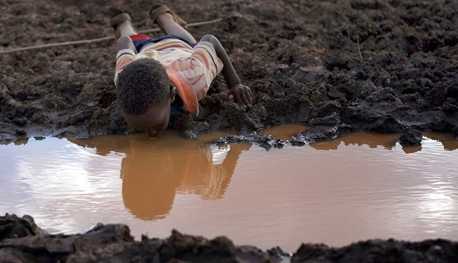 Jangan Mubazir Air !!. Lihatlah 13 Foto Orang-orang yang Kesulitan Cari Air ini, Bikin Kamu Sadar