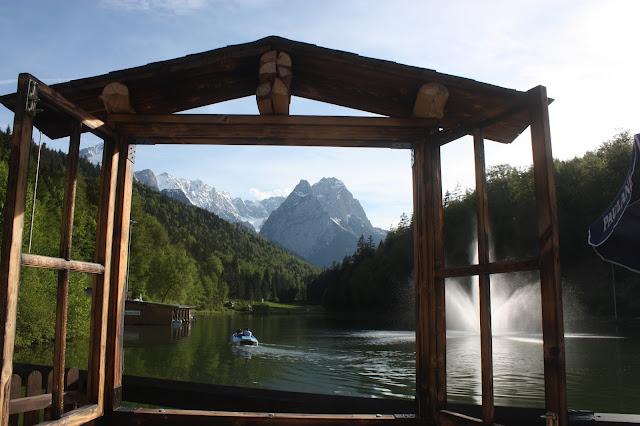 Bootsfahrt auf dem Riessersee - Boating - Maihochzeit, may wedding - Hochzeit im Seehaus am Riessersee, Hochzeitshotel Garmisch. #wedding venue #Hochzeitshotel #Garmisch #Bavaria #Bayern