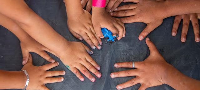 """Niños migrantes juegan en un espacio de UNICEF en el estadio Jesús Martínez 'Palillo"""" en la Ciudad de México. Noviembre de 2018.UNICEF / Luis Kelly"""
