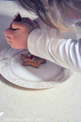 Настя украшает печенье