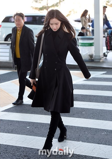 SNSD's Yoona Wearing All-Black at The Airport and Show A Gloomy Face