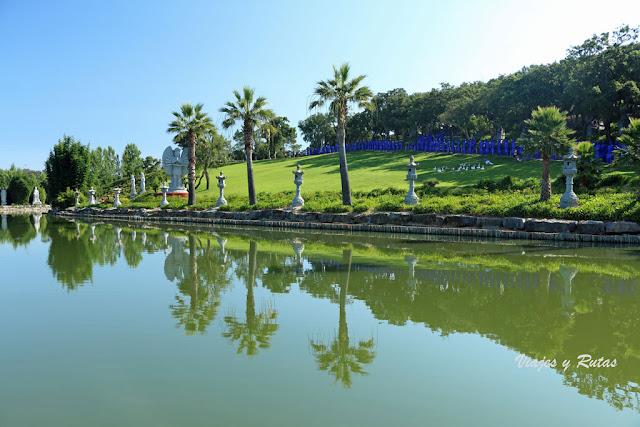 Lago japonés del Jardín Buddha Eden
