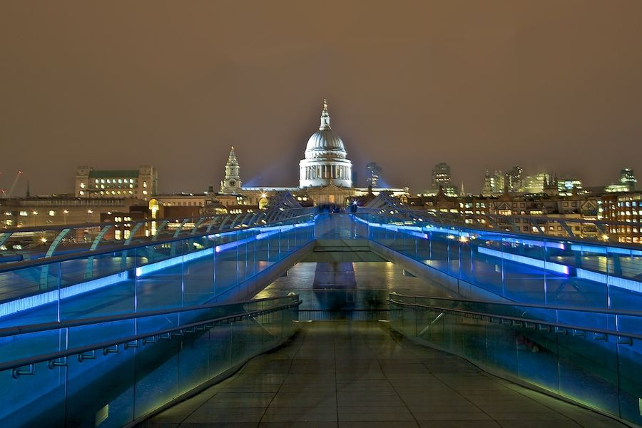5. London - Millennium bridge and St. Paul's Cathedral by Europe Trotter