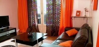 Salas en naranja y marr n chocolate salas con estilo for Color de pared para muebles marrones