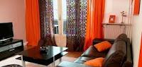 Salas en color naranja y marrón