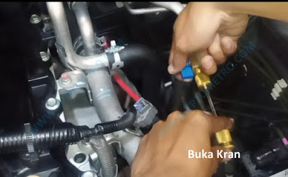 Cara menggunakan alat pengganti pentil AC mobil
