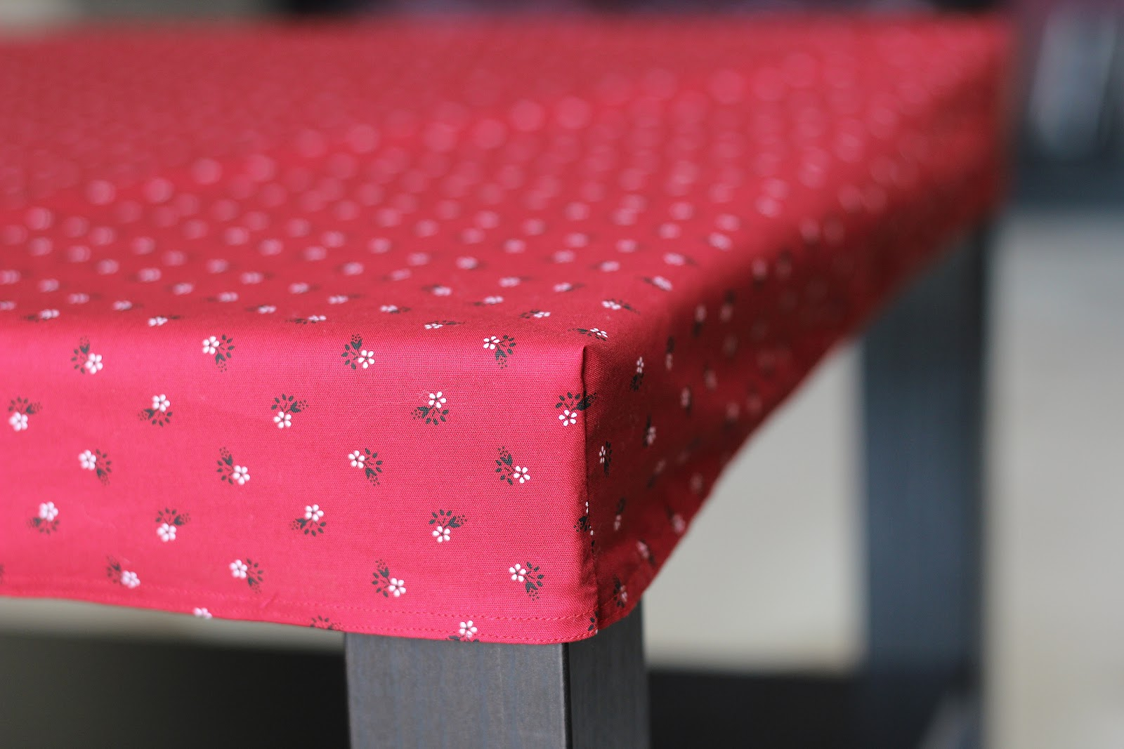 une petite nappe fleurie a way of travel. Black Bedroom Furniture Sets. Home Design Ideas