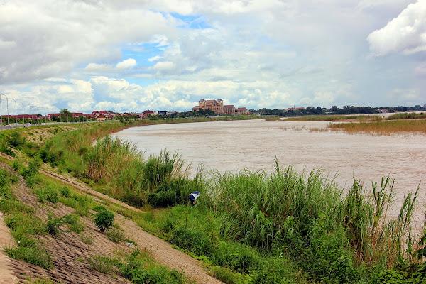 Fiume Mekong passando attraverso la Anouvong Parco Chao (Vientiane)