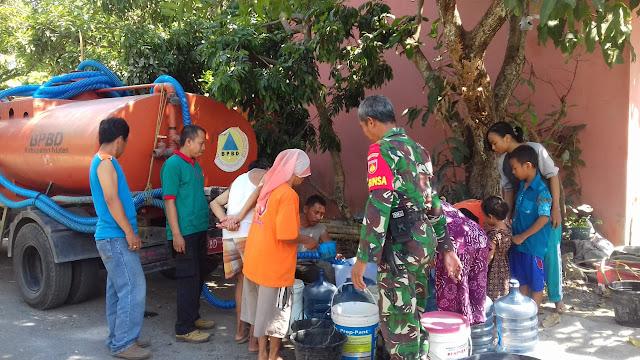 Babinsa Trucuk Bantu Warga Droping Air Bersih