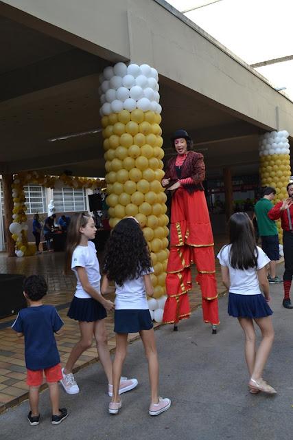 Perna de pau animando a festa da semana das crianças no Colegio Dom Bosco em São Paulo.