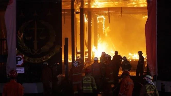 Detik-detik Api Besar Melalap Gedung Kejaksaan Agung